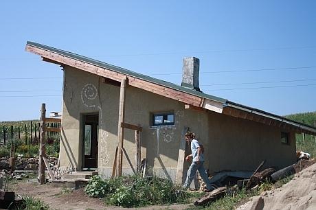 casa de paie din lateral