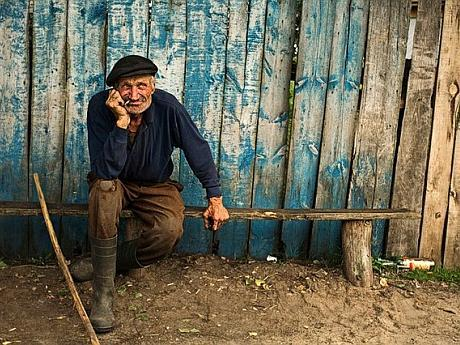 176230-pinsk-belarus-old-farmer-near-palesye