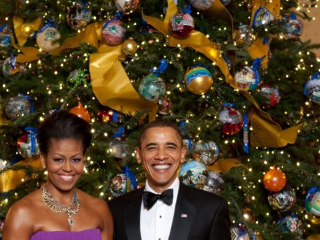 Michelle_and_Barack_Obama_pose_in_front_of_the_official_White_House_Christmas_Tree