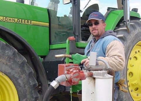 fermier-face-alimentarea-la-pompa