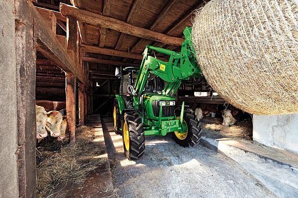 front tractor in ferma de animale
