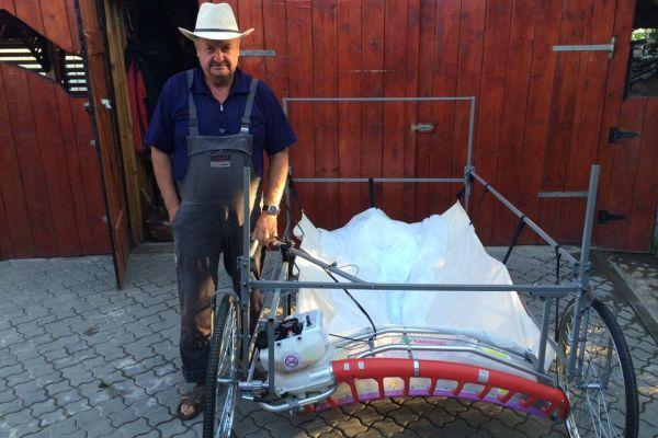 Ioan Iakob cu masina de recoltat lavanda