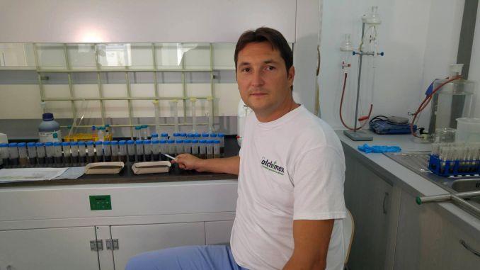 Emilian Tudor conduce laboratorul Alchimex unde se realizează analize de sol din probe trimise de către fermieri din toate zonele țării