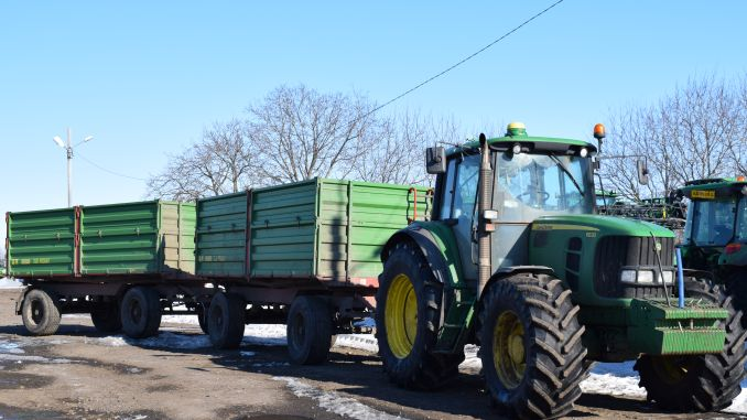 tractor John Deere cu remorca