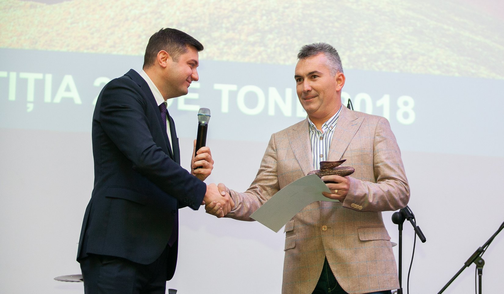 Daniel Stanciu Dekalb alaturi de fermierul Octavian Olaru