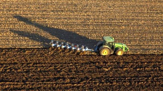Tractor in camp care ara cu plugul