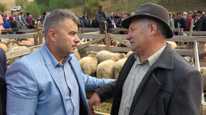 Daniel Botanoiu discutie cu oier