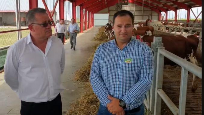 Fermierul  Cătălin Rugan, dreapta, alături de ministrul agriculturii, Adrian Oros