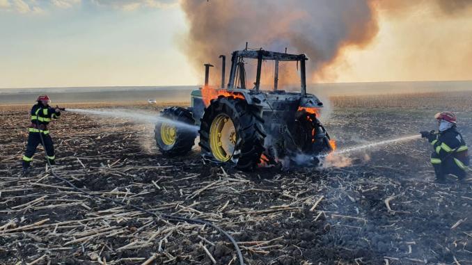 tractor-in-flacari-incendiu